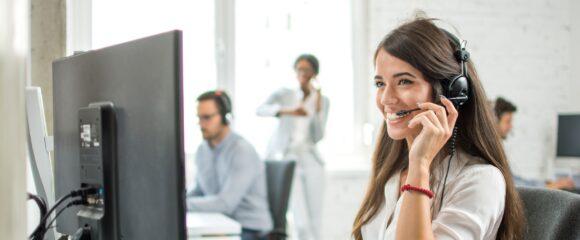 Adobe Stock Telefon Beraterin 215939252